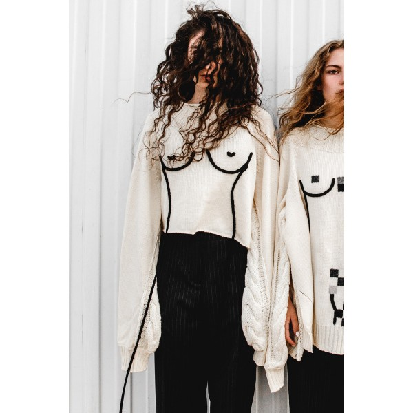Cropped sweater with feminine silhouette