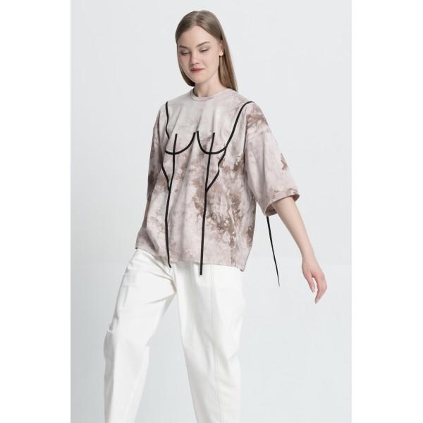 Basic T-Shirt with black applique (print tai-dai beige)